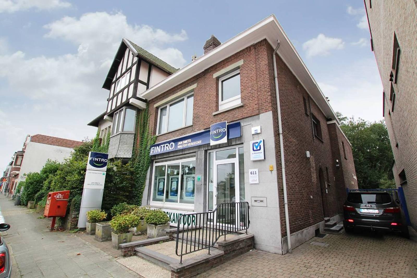Voormalig bankkantoor in een half-open bebouwing op zeer centrale en zichtbare locatie te Ekeren! afbeelding 1