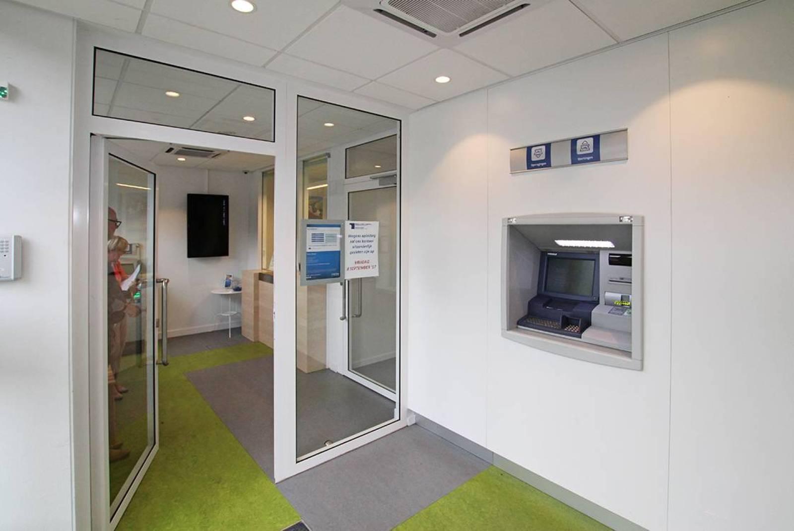 Voormalig bankkantoor in een half-open bebouwing op zeer centrale en zichtbare locatie te Ekeren! afbeelding 3