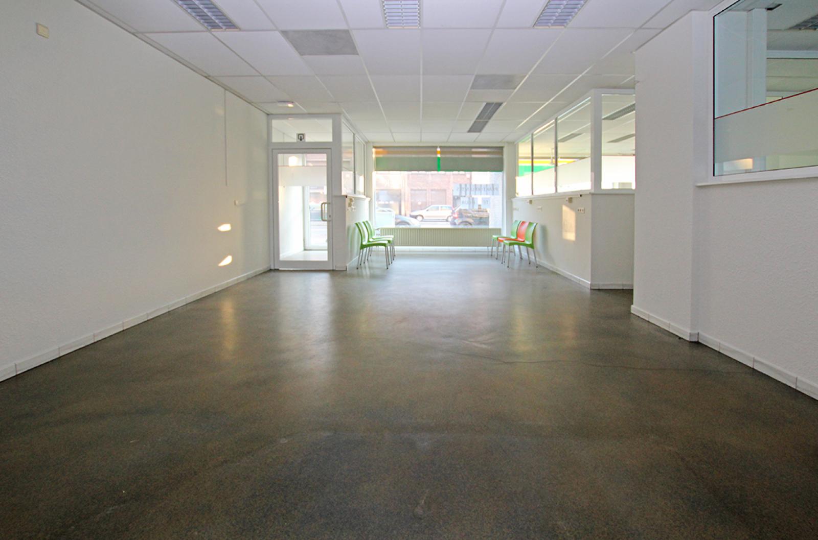 Ruime kantoorruimte (+/-400m²) + parkings afbeelding 3