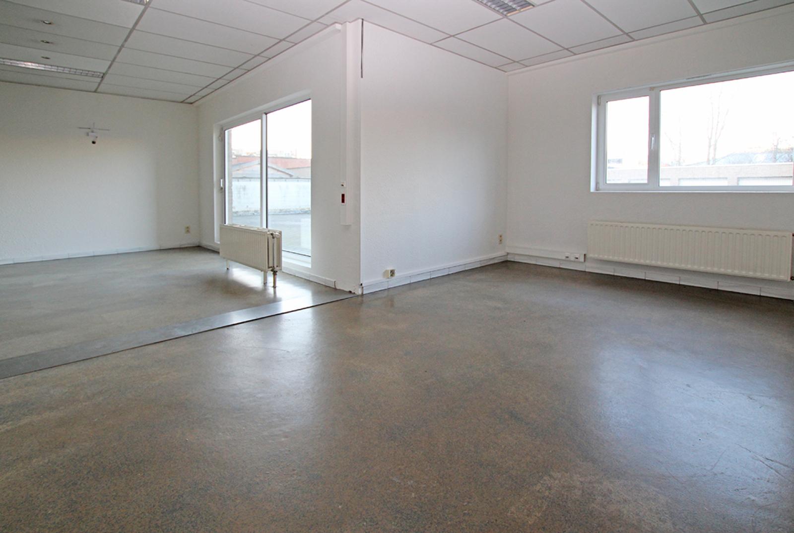Ruime kantoorruimte (+/-400m²) + parkings afbeelding 4