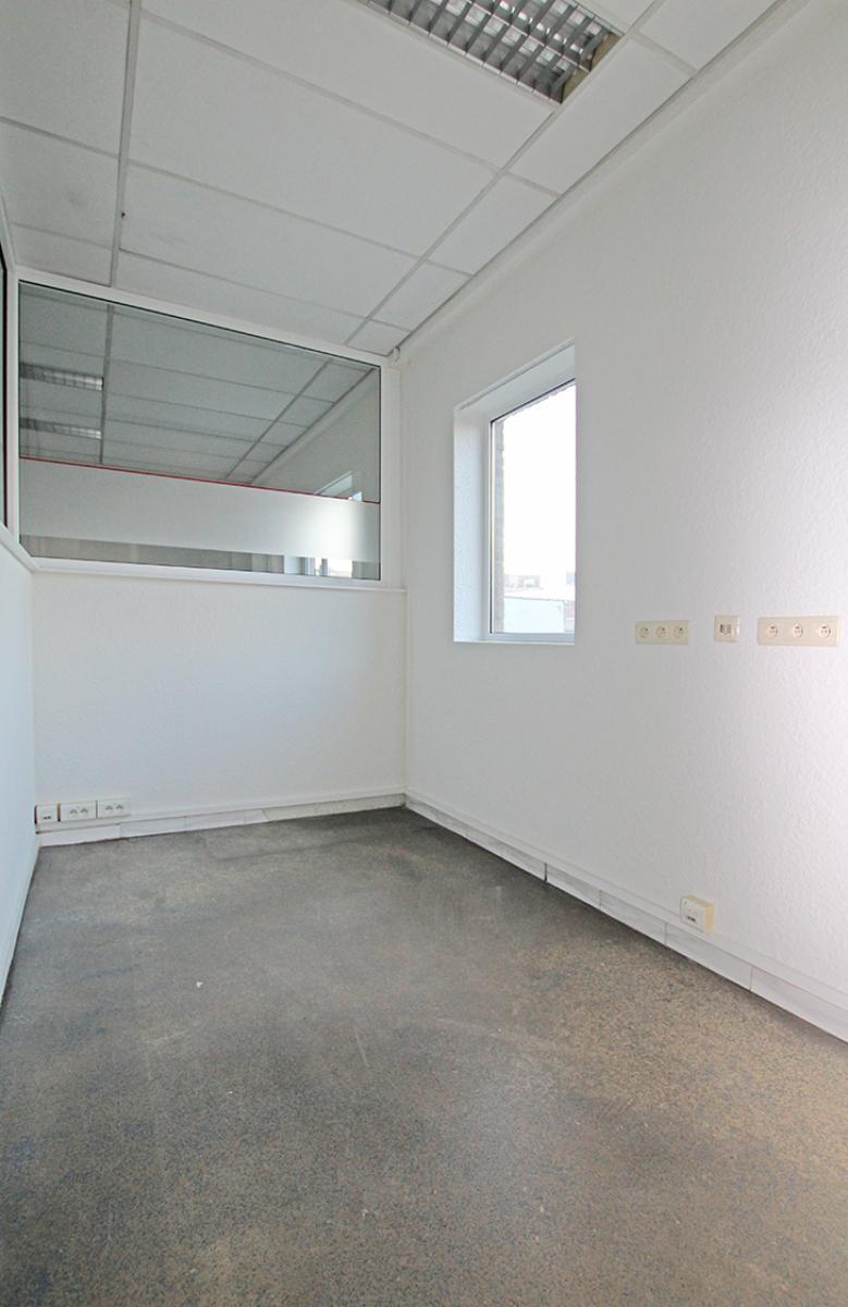 Ruime kantoorruimte (+/-400m²) + parkings afbeelding 8