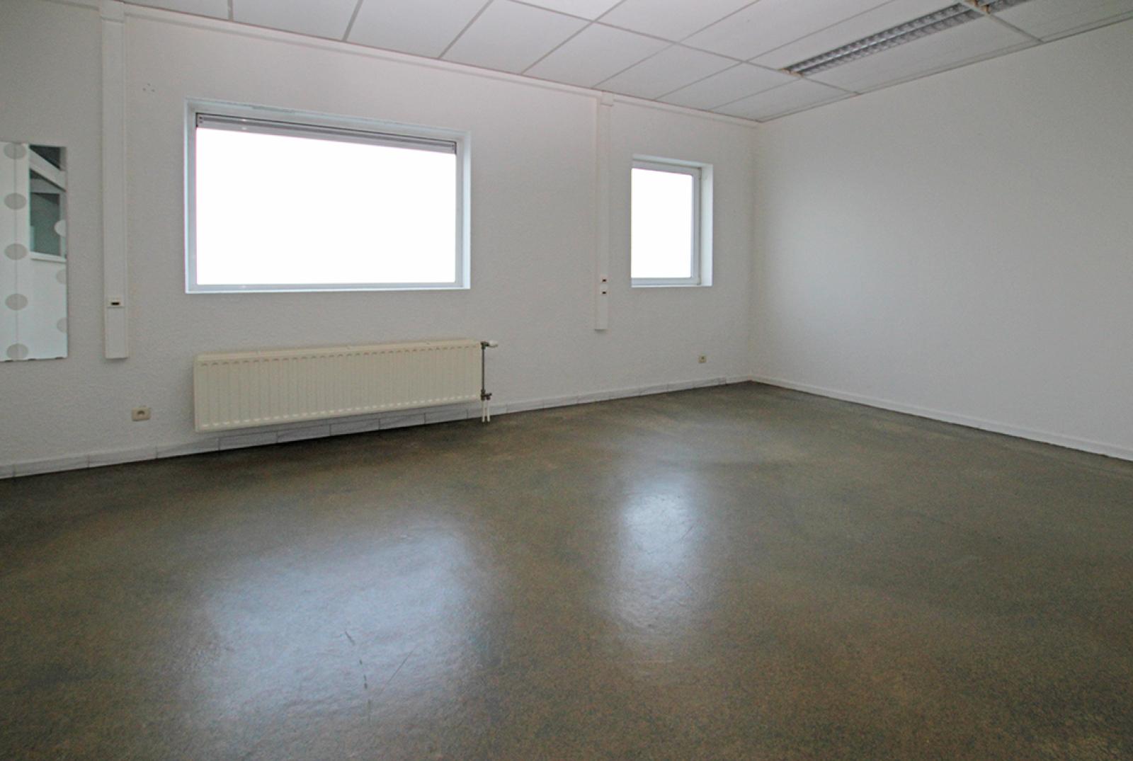 Ruime kantoorruimte (+/-400m²) + parkings afbeelding 9