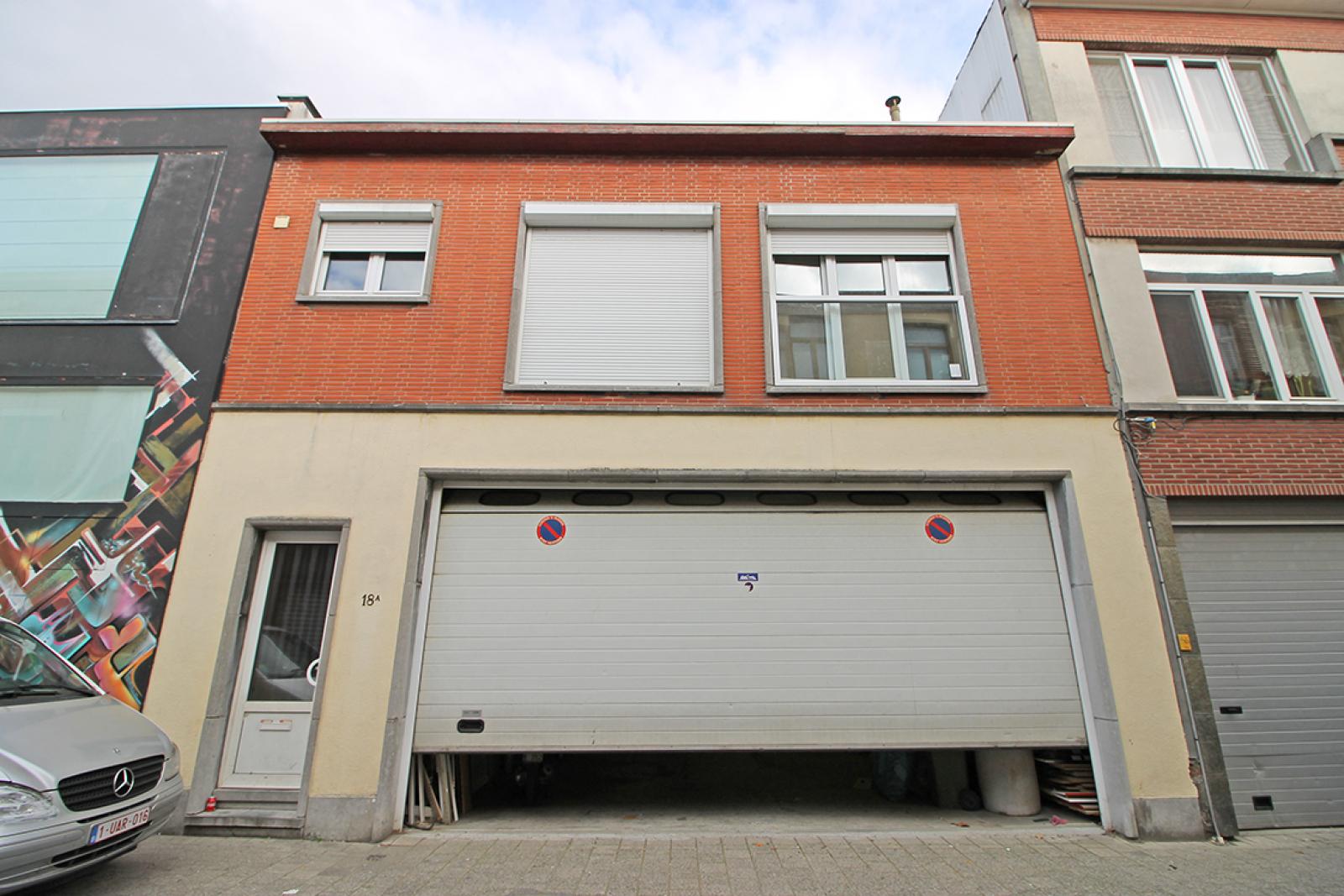 Groot magazijn (+/- 140 m²) + 2-slpk appartement (75 m²) te Borgerhout!  afbeelding 1