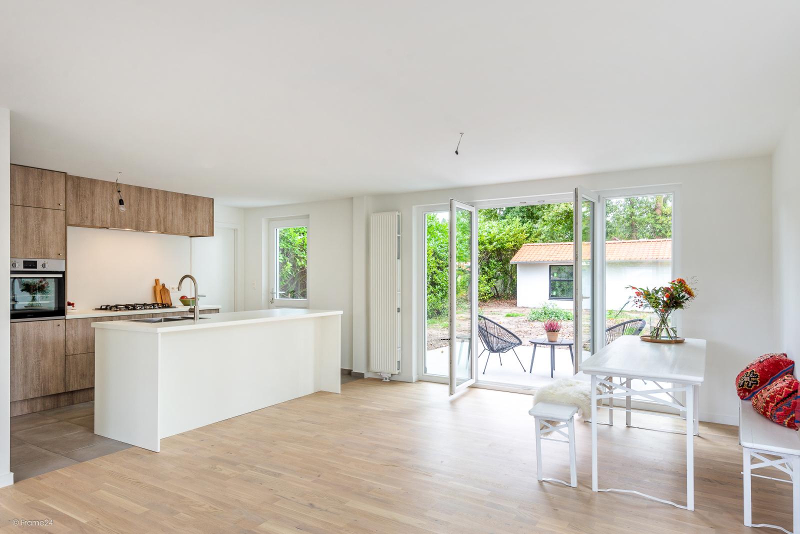 Volledig vernieuwde vrijstaande woning met drie slaapkamers op een hoekperceel van 776 m² te Schilde! afbeelding 2