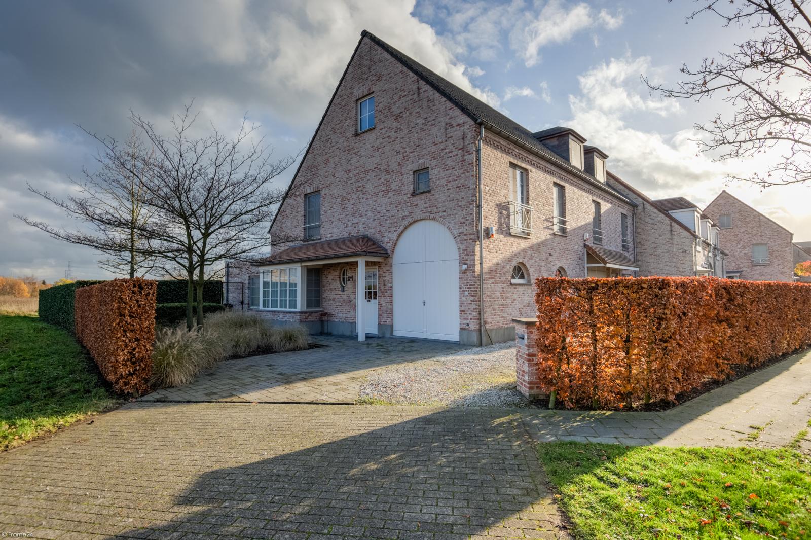 Prachtige half-open Pastorijwoning met vier slaapkamers en tuin met zicht op weiland te Lint! afbeelding 1