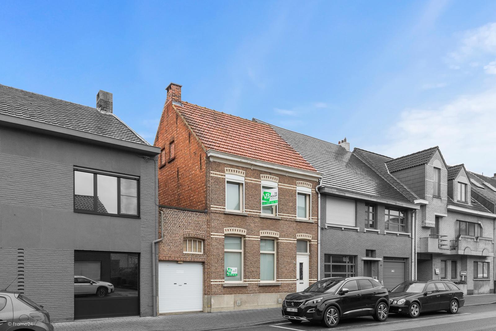 Op te frissen woning met drie slaapkamers en zuid-gerichte tuin nabij het centrum van Broechem! afbeelding 1