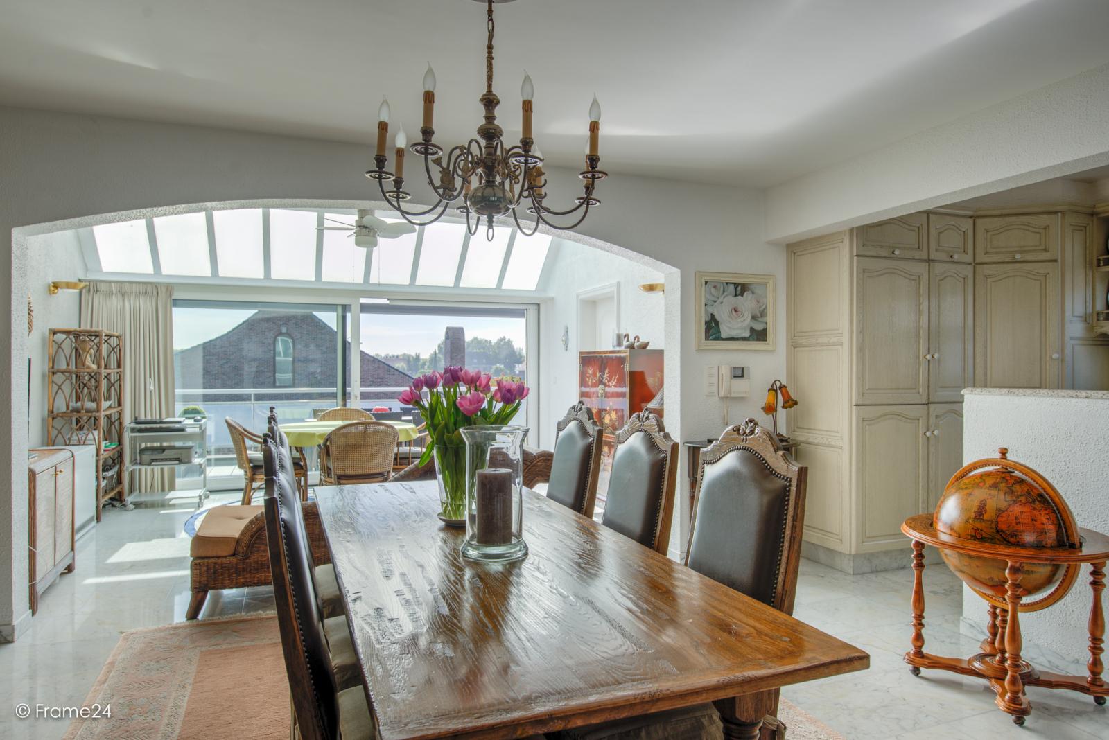 Prachtig duplex-appartement met riant terras (56 m²) én garage(s) te Wommelgem!   afbeelding 1