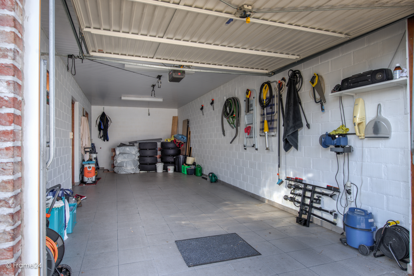 Ruime garagebox met grote oprit en kelder nabij het centrum van Wommelgem! afbeelding 2