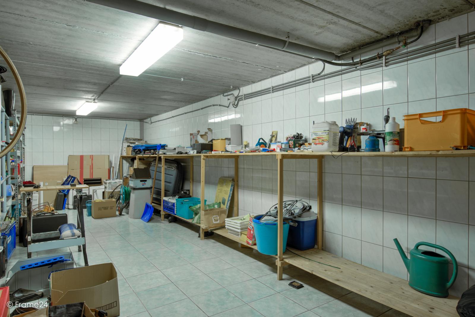 Ruime garagebox met grote oprit en kelder nabij het centrum van Wommelgem! afbeelding 3
