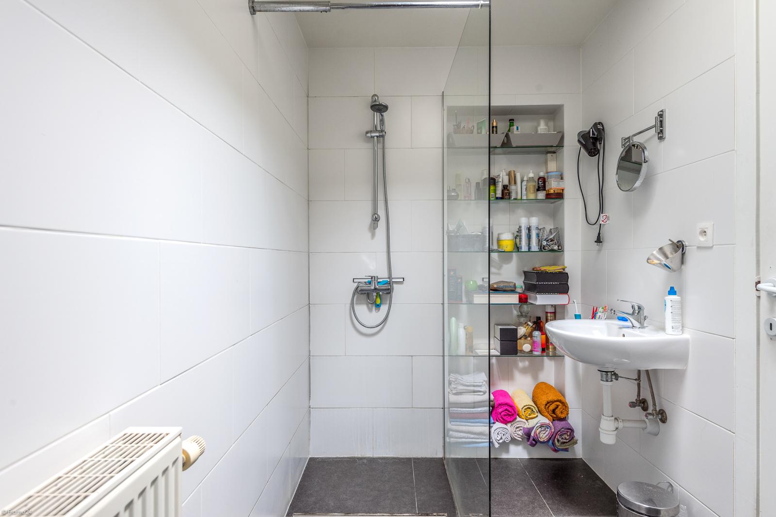 Deels te renoveren woning met 4 ruime slaapkamers op goede locatie te Wijnegem! afbeelding 11
