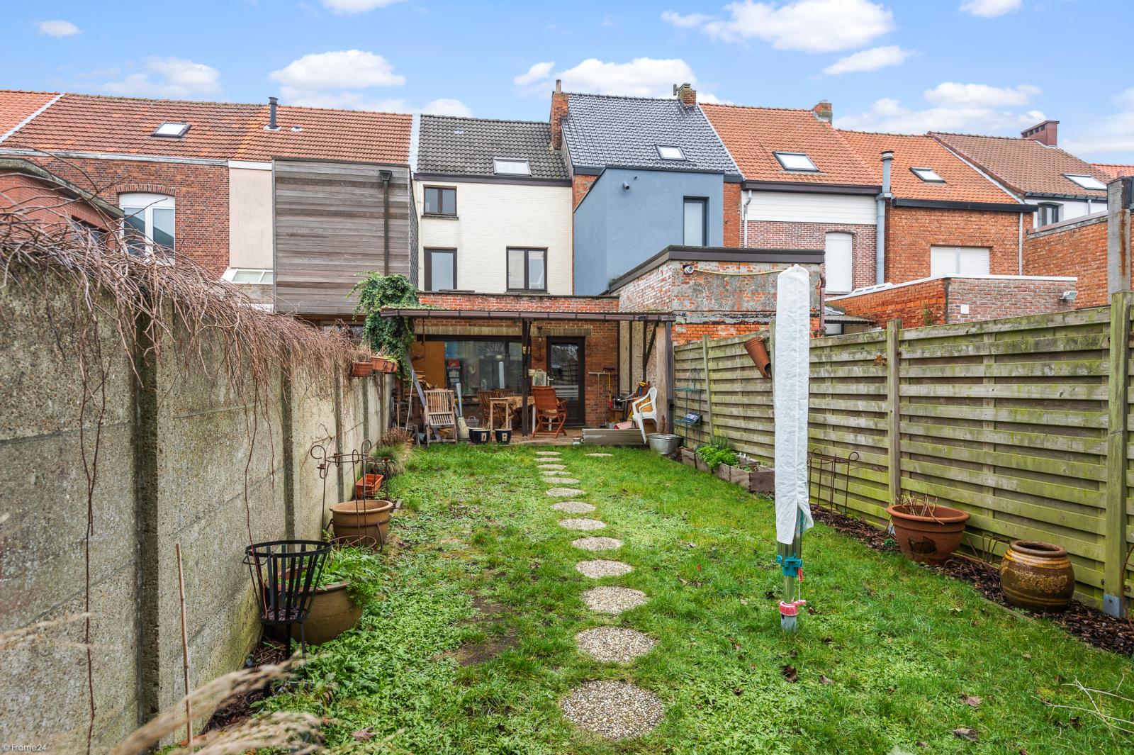 Deels te renoveren woning met 4 ruime slaapkamers op goede locatie te Wijnegem! afbeelding 9