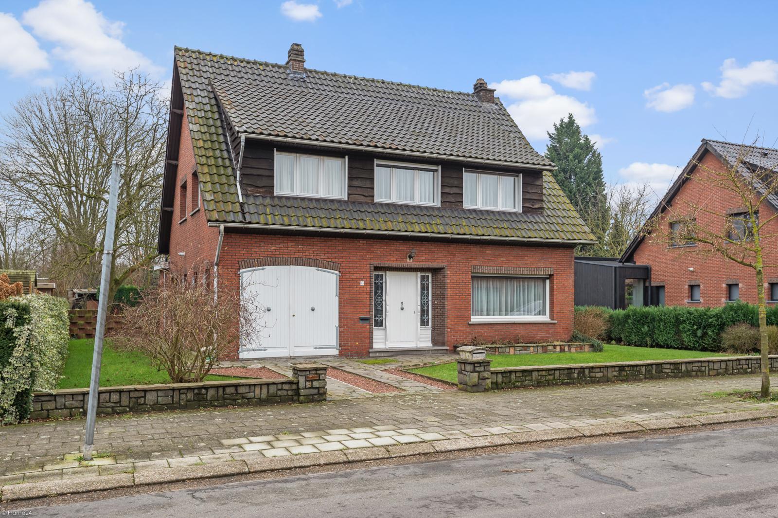 Te renoveren vrijstaande woning op toplocatie te Wijnegem! afbeelding 1