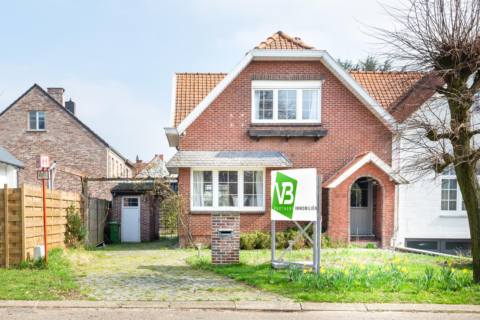 Charmante halfopen bebouwing met twee slaapkamers op zeer goede locatie te Wijnegem.  afbeelding 1