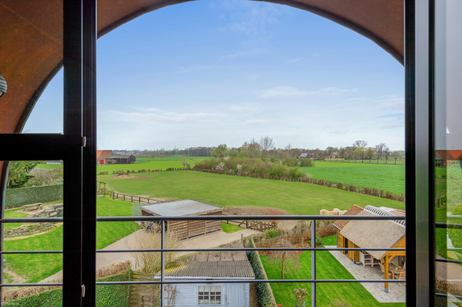 Architecturale halfopen woning met prachtig uitzicht op een perceel van 575 m² te Aartselaar! afbeelding 2