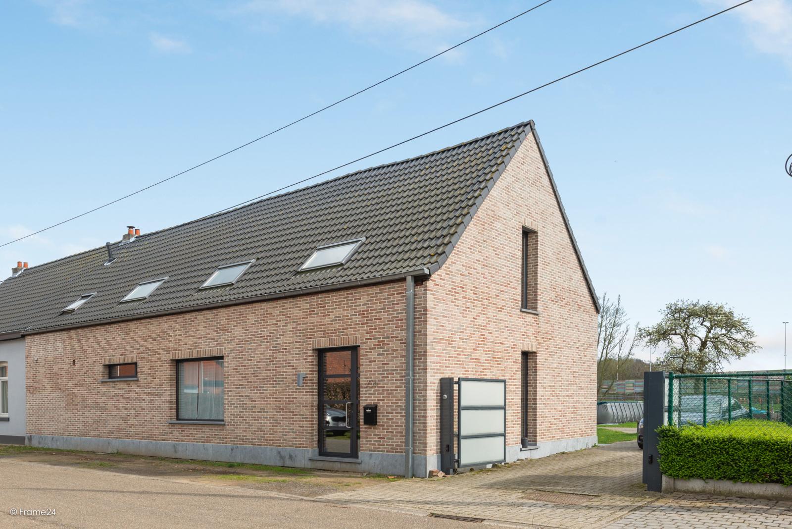Vernieuwde half open woning met 5 slaapkamers op een perceel van 1.246 m² op goede locatie te Ranst! afbeelding 1