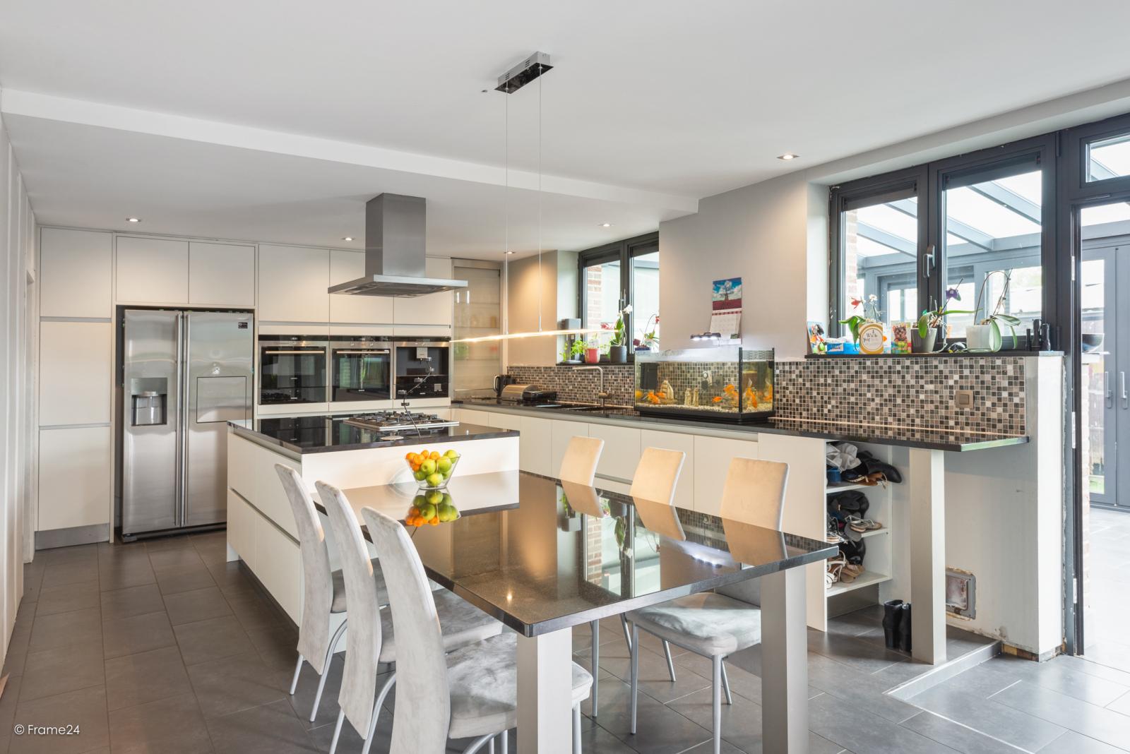 Vernieuwde half open woning met 5 slaapkamers op een perceel van 1.246 m² op goede locatie te Ranst! afbeelding 6