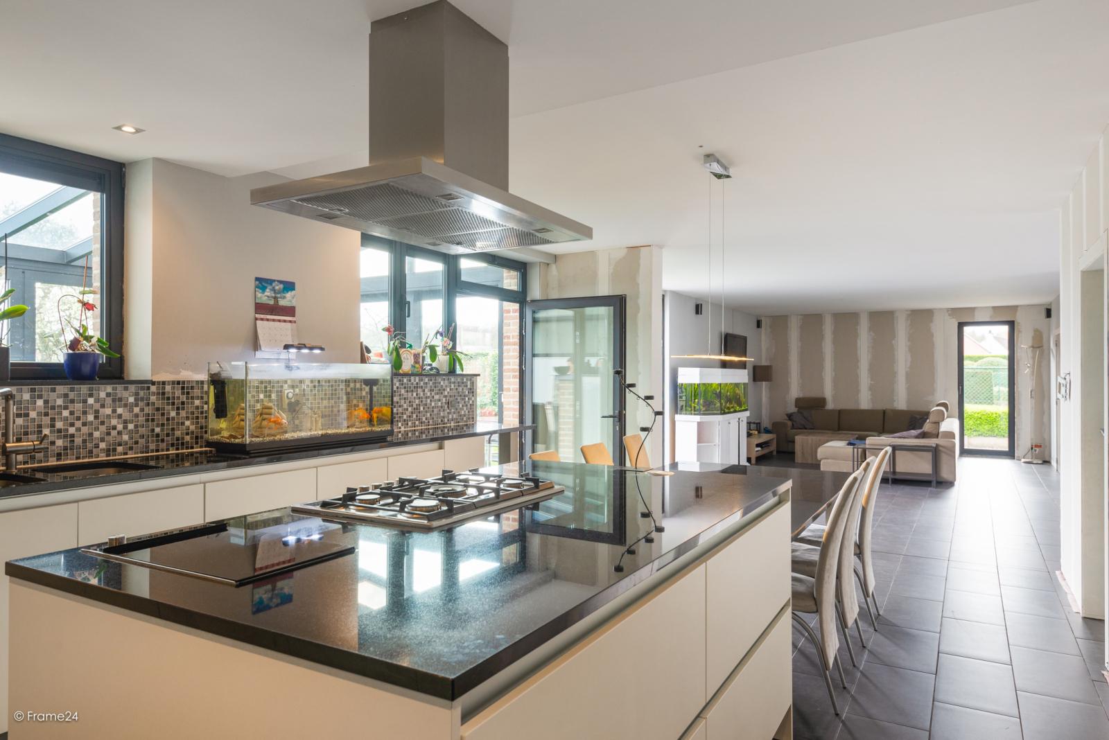 Vernieuwde half open woning met 5 slaapkamers op een perceel van 1.246 m² op goede locatie te Ranst! afbeelding 9