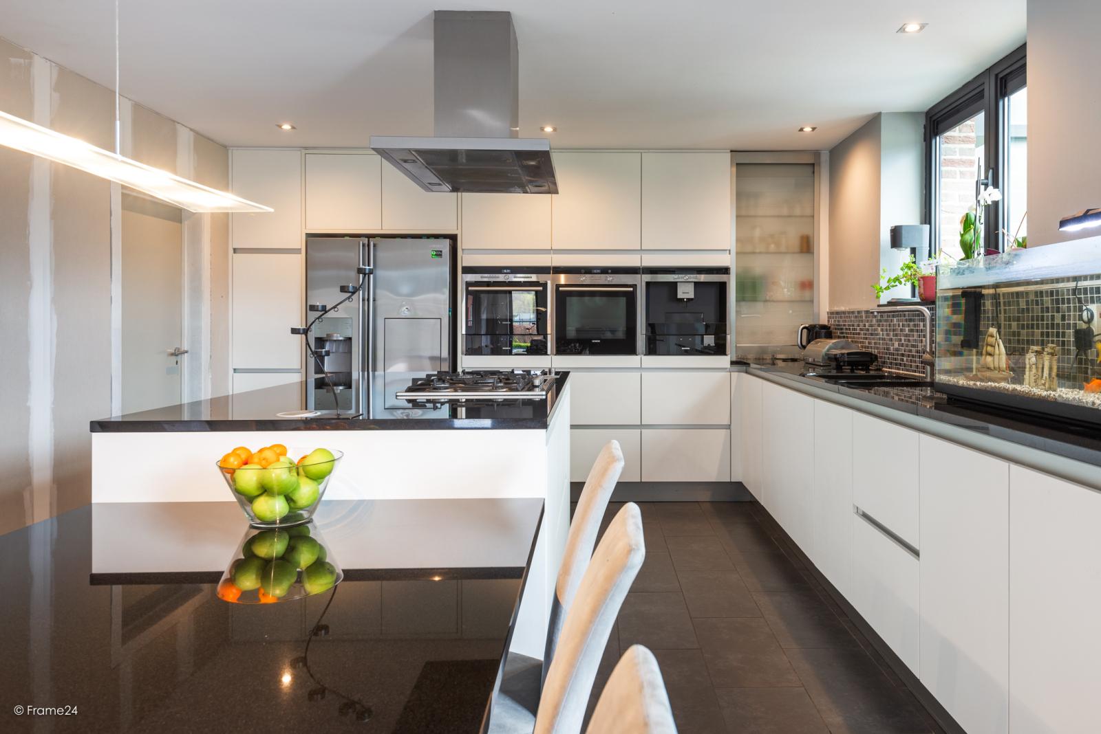Vernieuwde half open woning met 5 slaapkamers op een perceel van 1.246 m² op goede locatie te Ranst! afbeelding 7