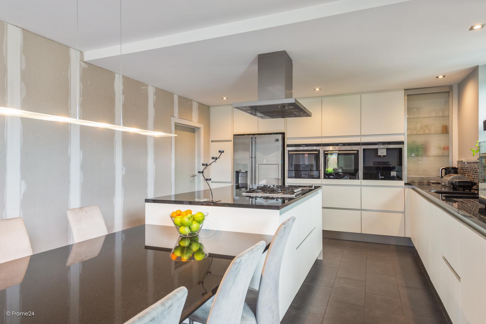 Vernieuwde half open woning met 5 slaapkamers op een perceel van 1.246 m² op goede locatie te Ranst! afbeelding 8
