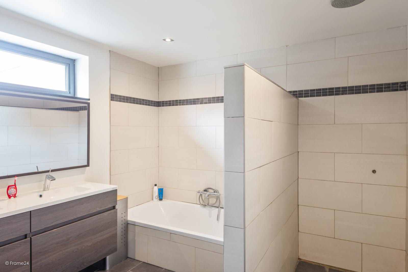 Vernieuwde half open woning met 5 slaapkamers op een perceel van 1.246 m² op goede locatie te Ranst! afbeelding 21