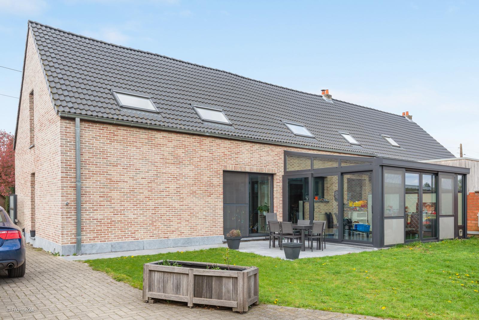 Vernieuwde half open woning met 5 slaapkamers op een perceel van 1.246 m² op goede locatie te Ranst! afbeelding 2