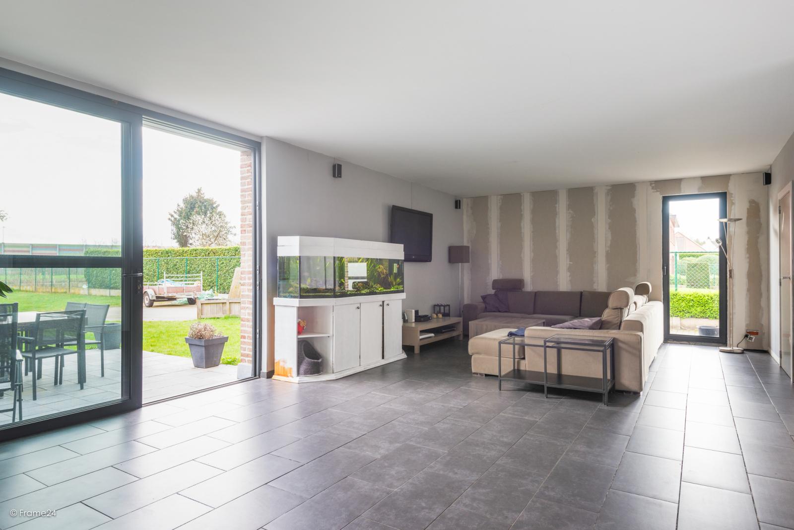 Vernieuwde half open woning met 5 slaapkamers op een perceel van 1.246 m² op goede locatie te Ranst! afbeelding 3