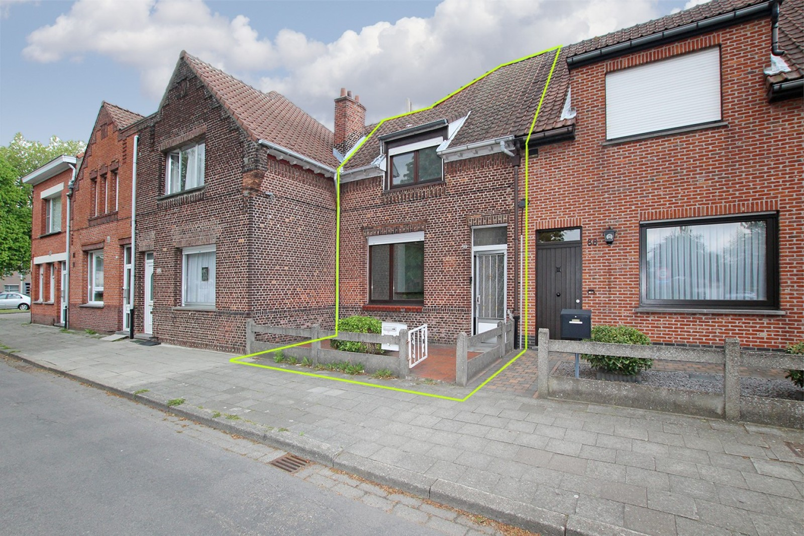 Volledig te renoveren ééngezinswoning met twee slaapkamers op zeer goede locatie te Wijnegem! afbeelding 1