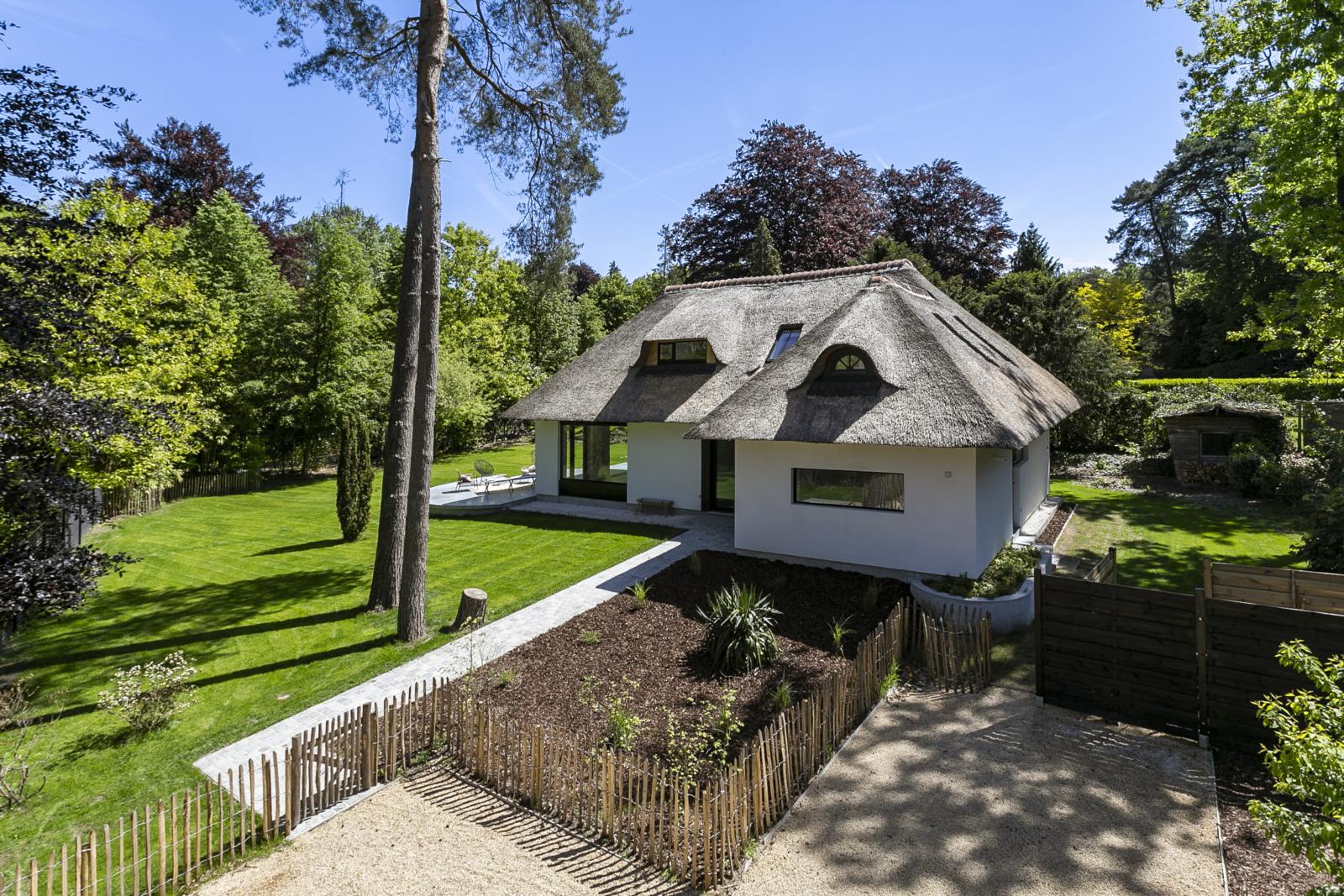 """In de prestigieuze wijk """"Schotenhof"""" treffen we deze oogverblindende villa met charmant rieten dak! afbeelding 1"""