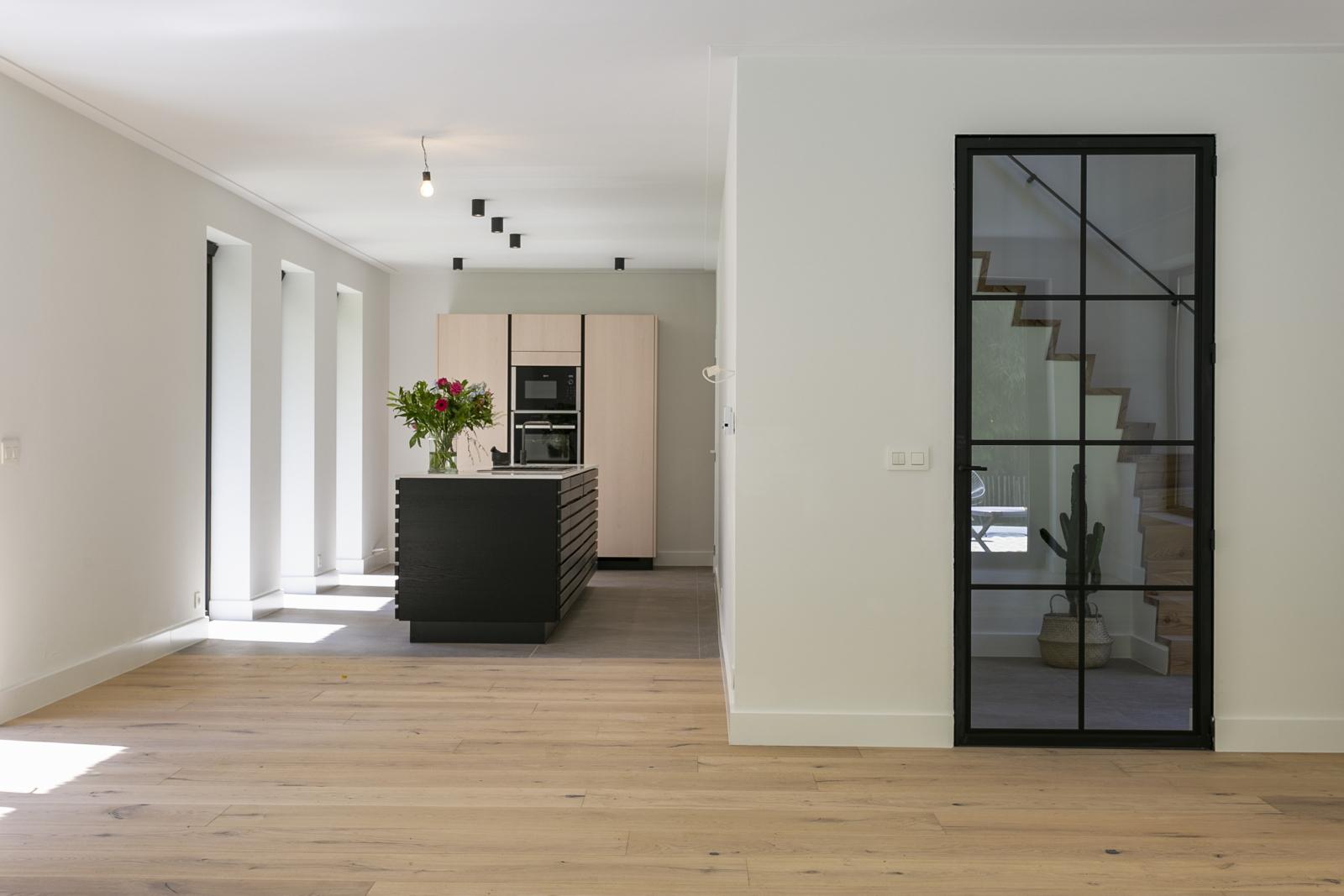 """In de prestigieuze wijk """"Schotenhof"""" treffen we deze oogverblindende villa met charmant rieten dak! afbeelding 4"""