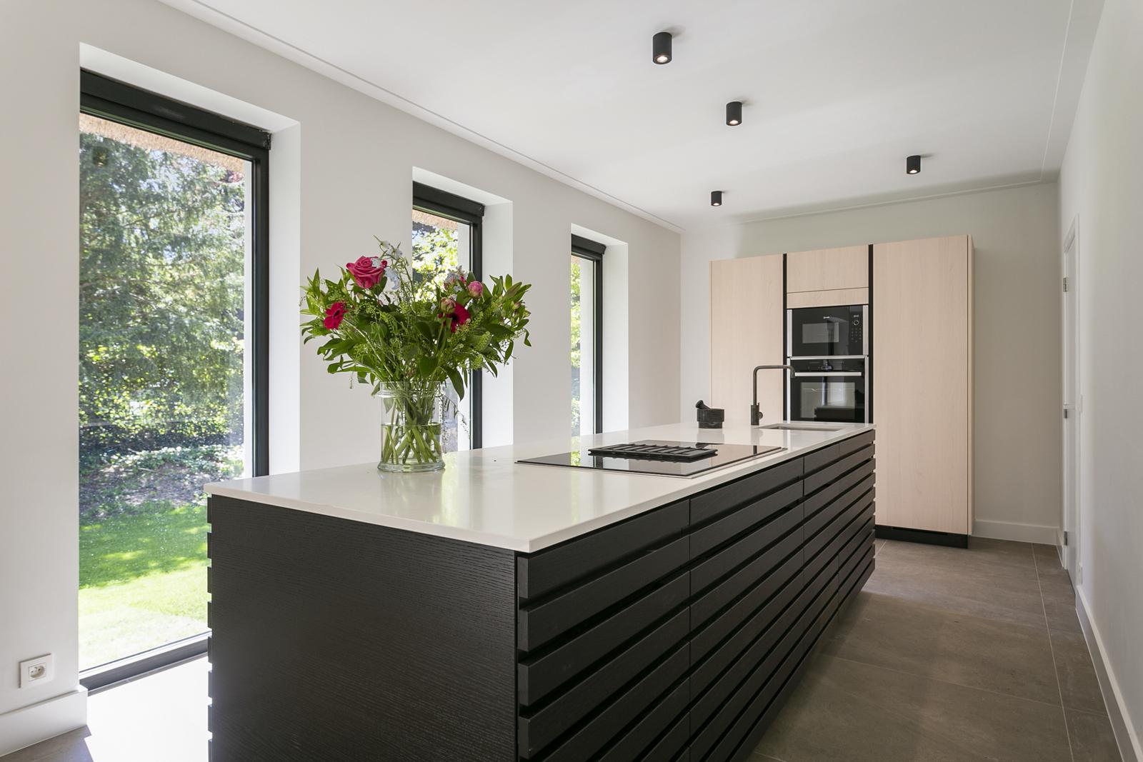 """In de prestigieuze wijk """"Schotenhof"""" treffen we deze oogverblindende villa met charmant rieten dak! afbeelding 7"""
