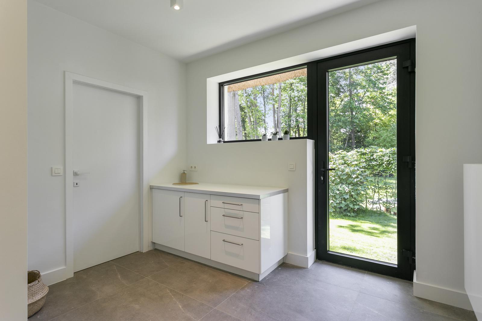 """In de prestigieuze wijk """"Schotenhof"""" treffen we deze oogverblindende villa met charmant rieten dak! afbeelding 9"""