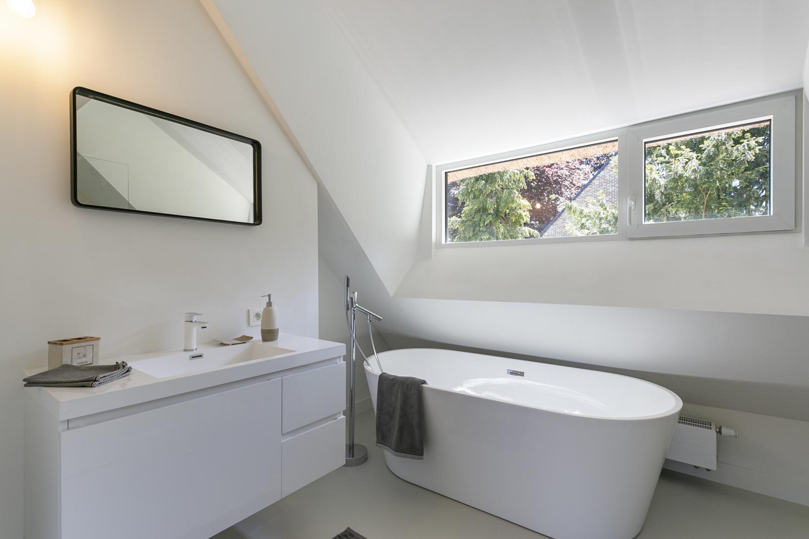 """In de prestigieuze wijk """"Schotenhof"""" treffen we deze oogverblindende villa met charmant rieten dak! afbeelding 16"""