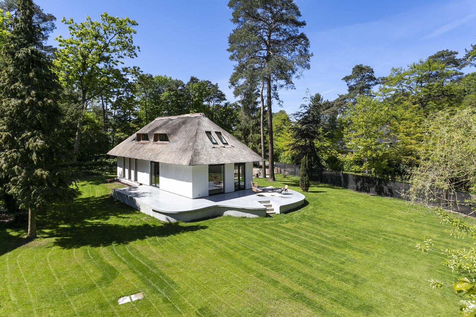 """In de prestigieuze wijk """"Schotenhof"""" treffen we deze oogverblindende villa met charmant rieten dak! afbeelding 22"""