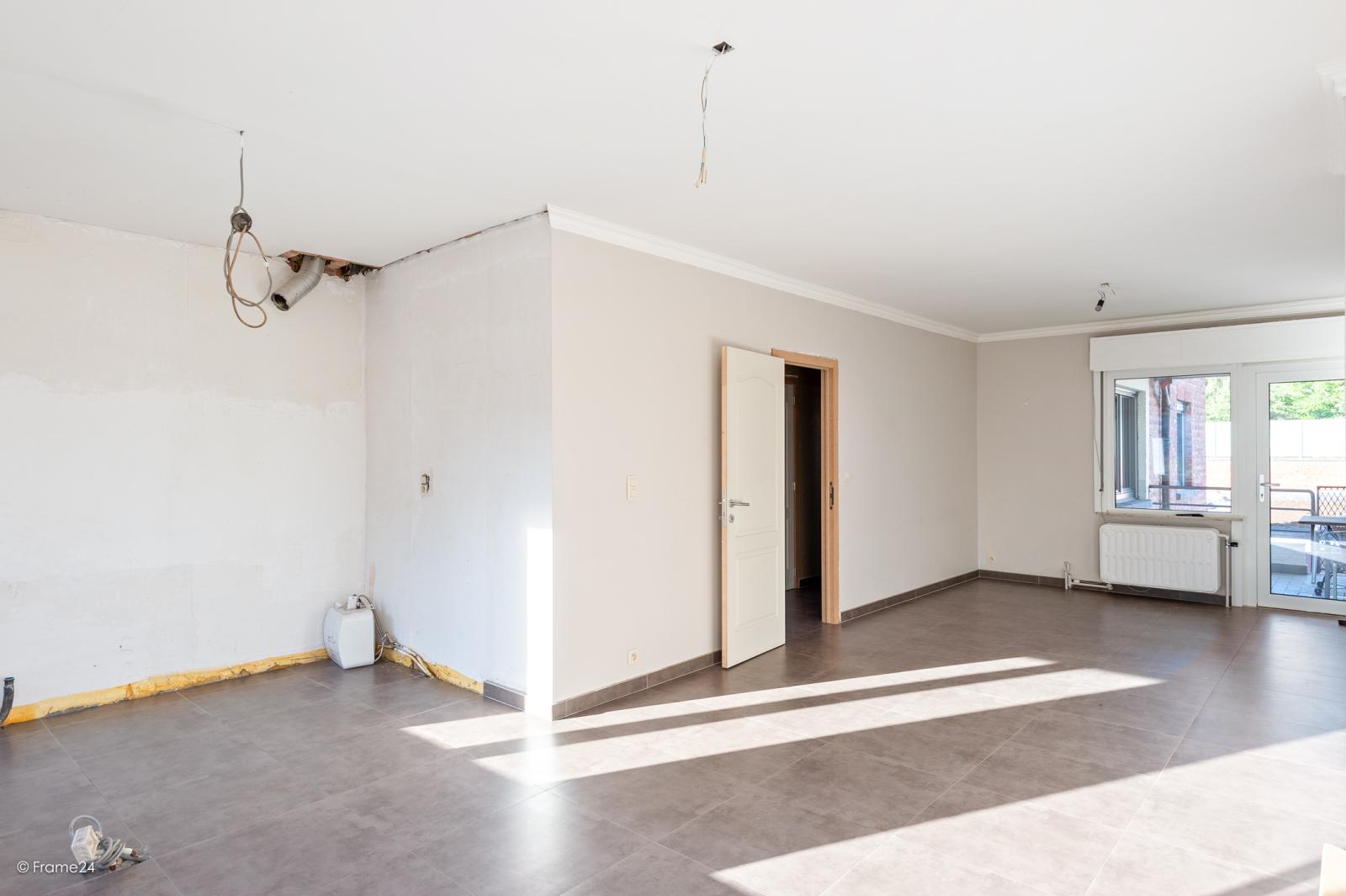 Te renoveren ééngezinswoning met 4 slaapkamers op centrale locatie te Wijnegem! afbeelding 3