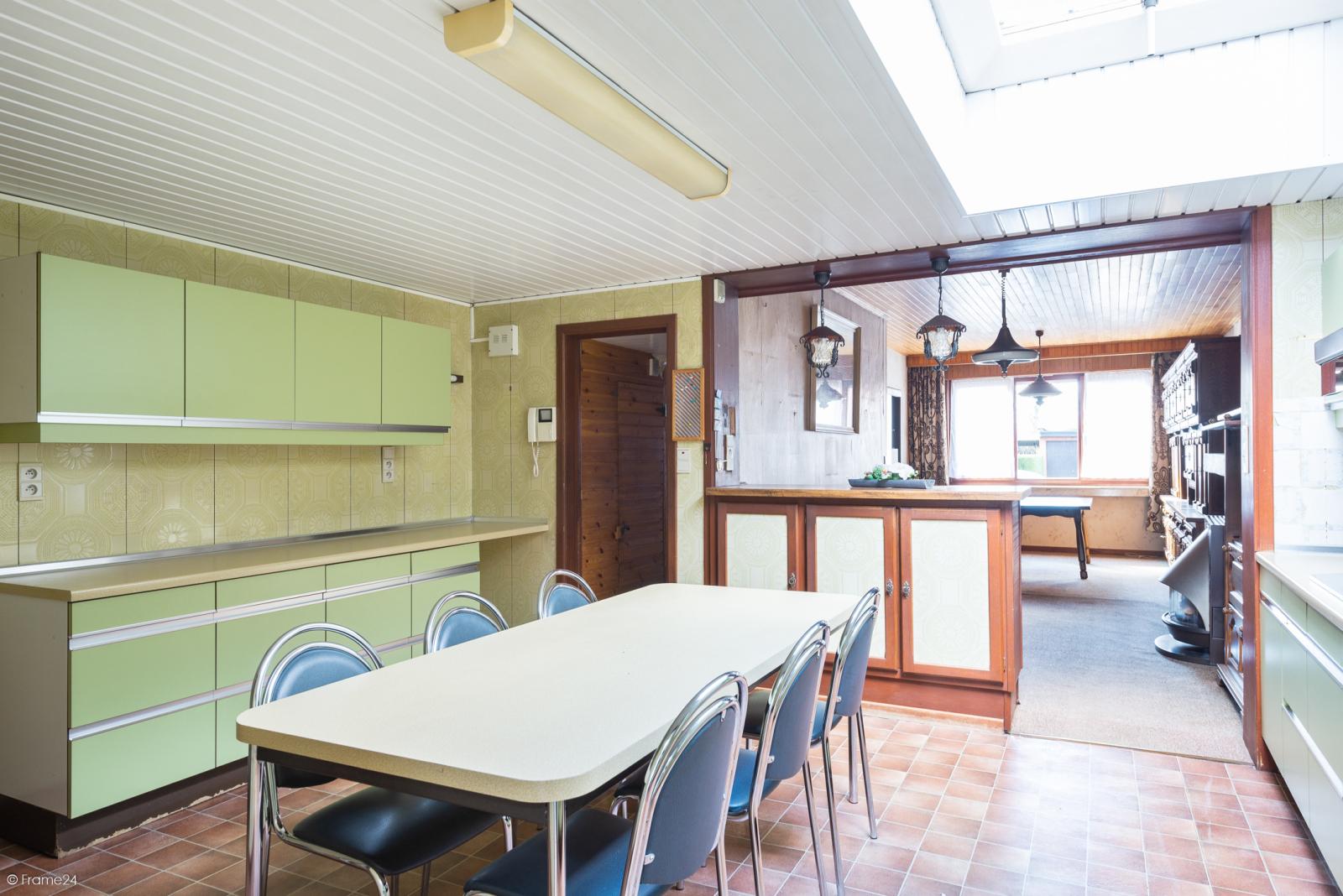 Te renoveren ruime woning met vijf slaapkamers en grote garage te Kontich! afbeelding 7