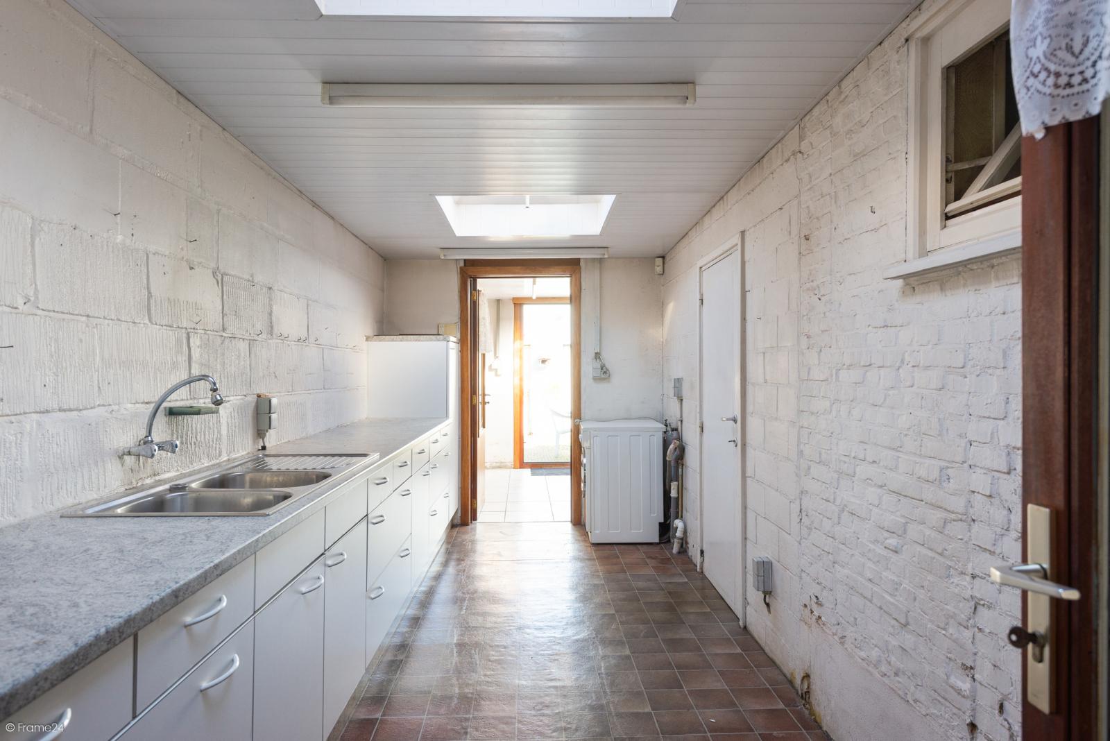 Te renoveren ruime woning met vijf slaapkamers en grote garage te Kontich! afbeelding 9