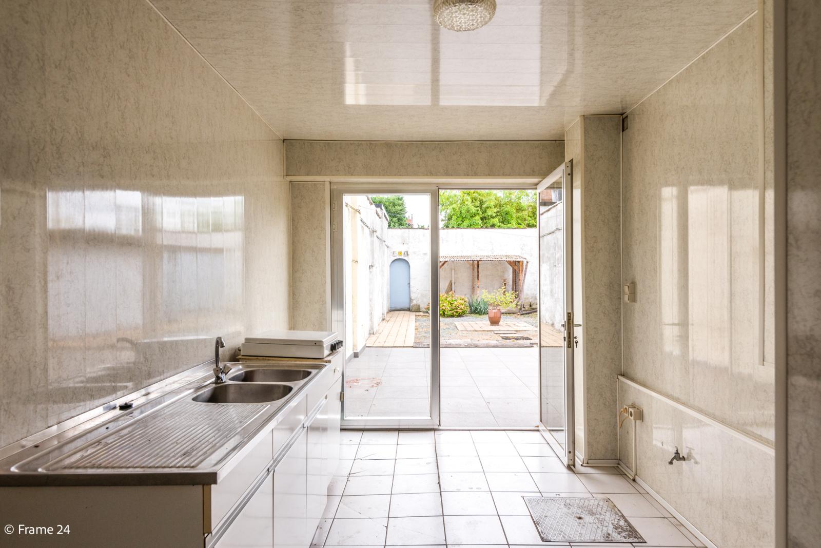 Te renoveren woning met tal van mogelijkheden in het centrum van Oelegem! afbeelding 11