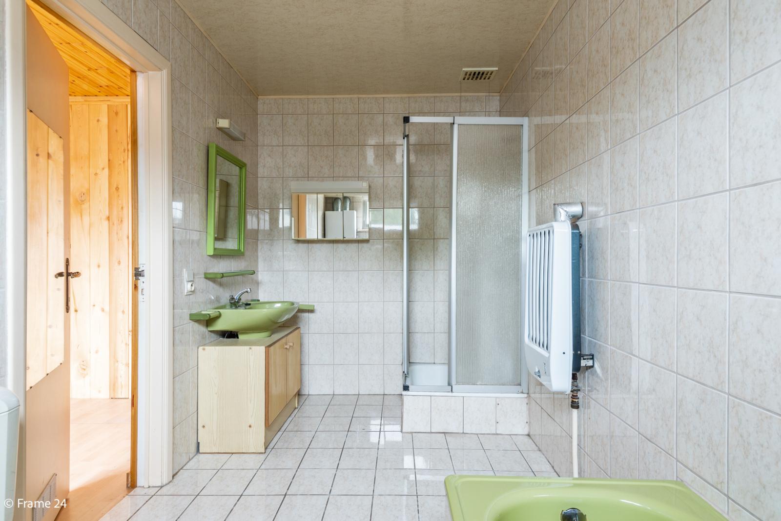 Te renoveren woning met tal van mogelijkheden in het centrum van Oelegem! afbeelding 9