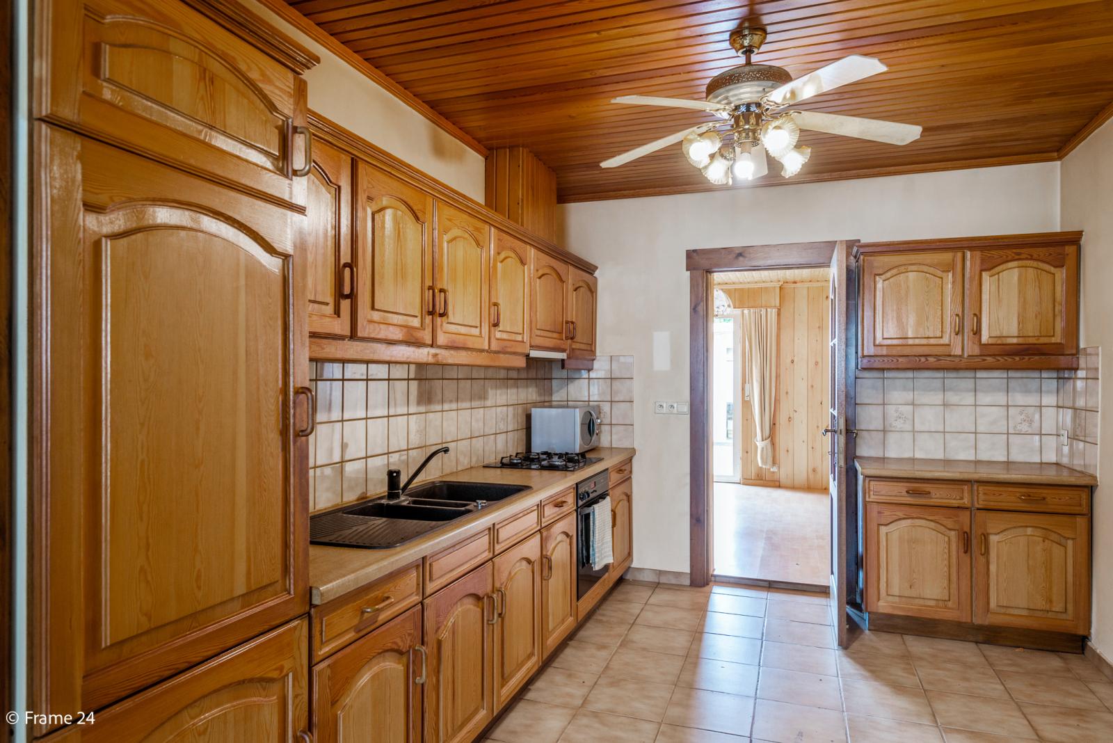 Te renoveren woning met tal van mogelijkheden in het centrum van Oelegem! afbeelding 4