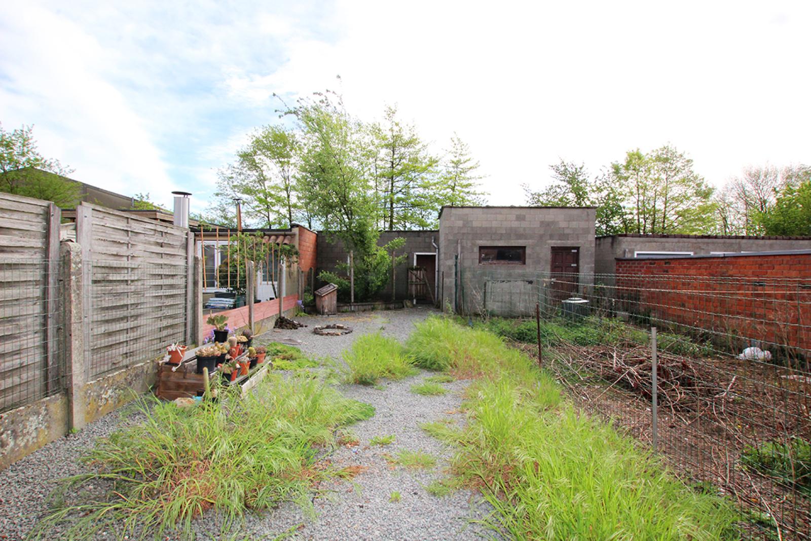 Volledig te renoveren eengezinswoning met twee slaapkamers, tuin en grote garage te Rumst! afbeelding 2