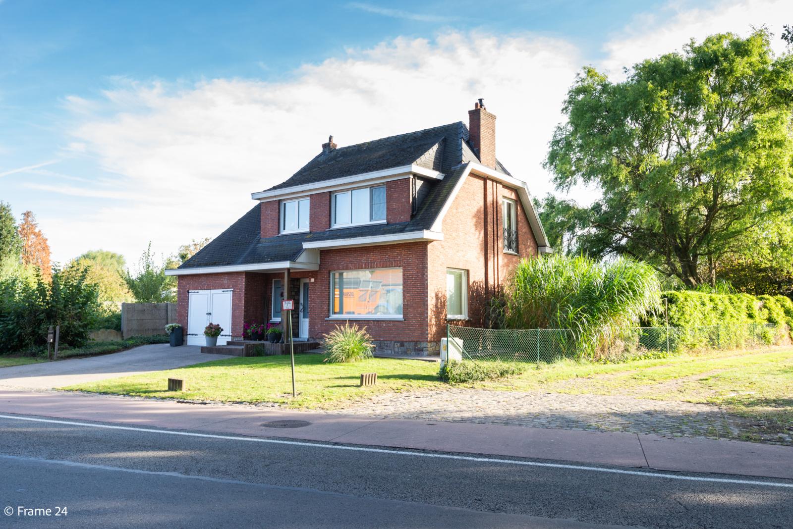 Mooie woning met grote weide (2.700 m²) te Wommelgem. Ideaal voor het houden van paarden of schapen! afbeelding 1