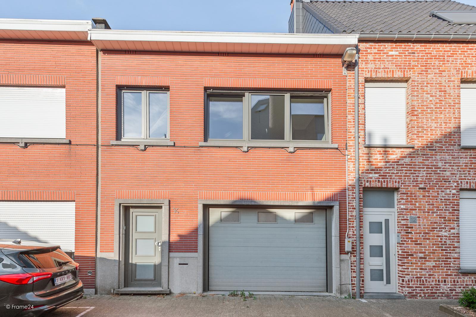 Te renoveren ééngezinswoning met 4 slaapkamers op centrale locatie te Wijnegem! afbeelding 1
