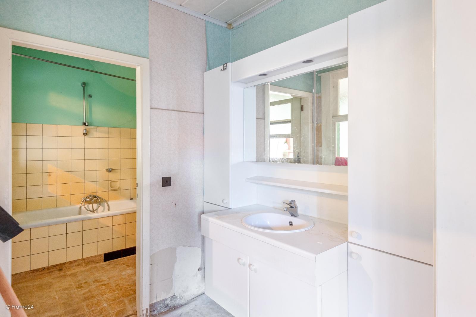 Te renoveren ééngezinswoning met 4 slaapkamers op centrale locatie te Wijnegem! afbeelding 9