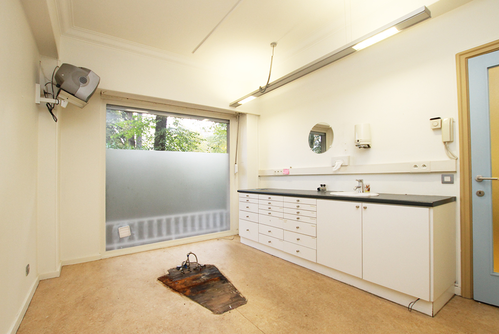 Kantoorruimte op het gelijkvloers (80 m²) aan het Harmoniepark te Antwerpen! afbeelding 1