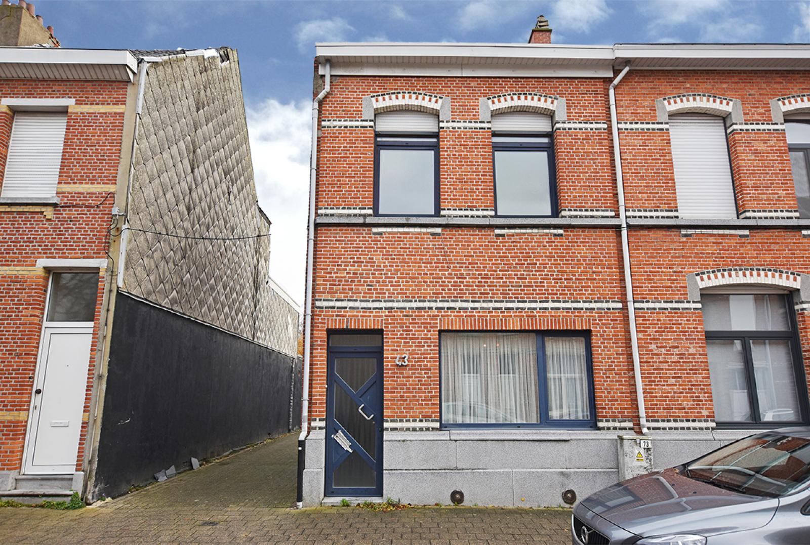 Te renoveren woning met twee slaapkamers in centrum Wijnegem! afbeelding 1