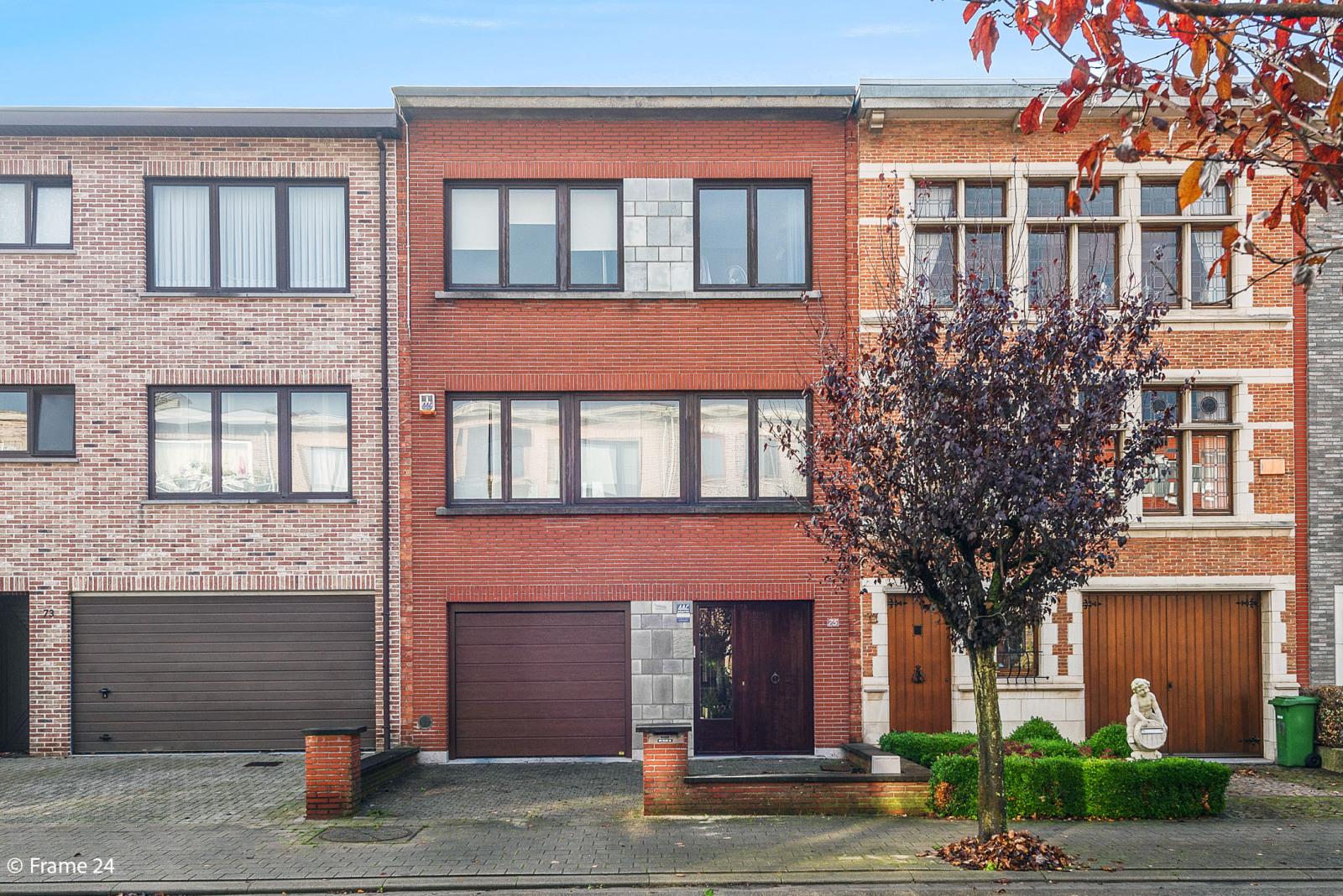 Verzorgde bel-étage met 3 slaapkamers, tuin en garage nabij centrum Wijnegem gelegen. afbeelding 1