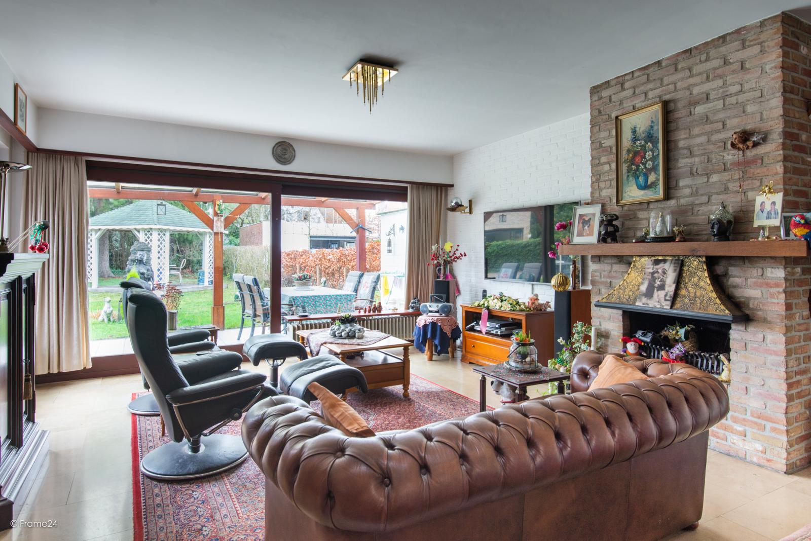 Zeer verzorgde halfopen woning met drie slaapkamers, garage, leuke tuin en gelegen op een toplocatie te Wijnegem!  afbeelding 3