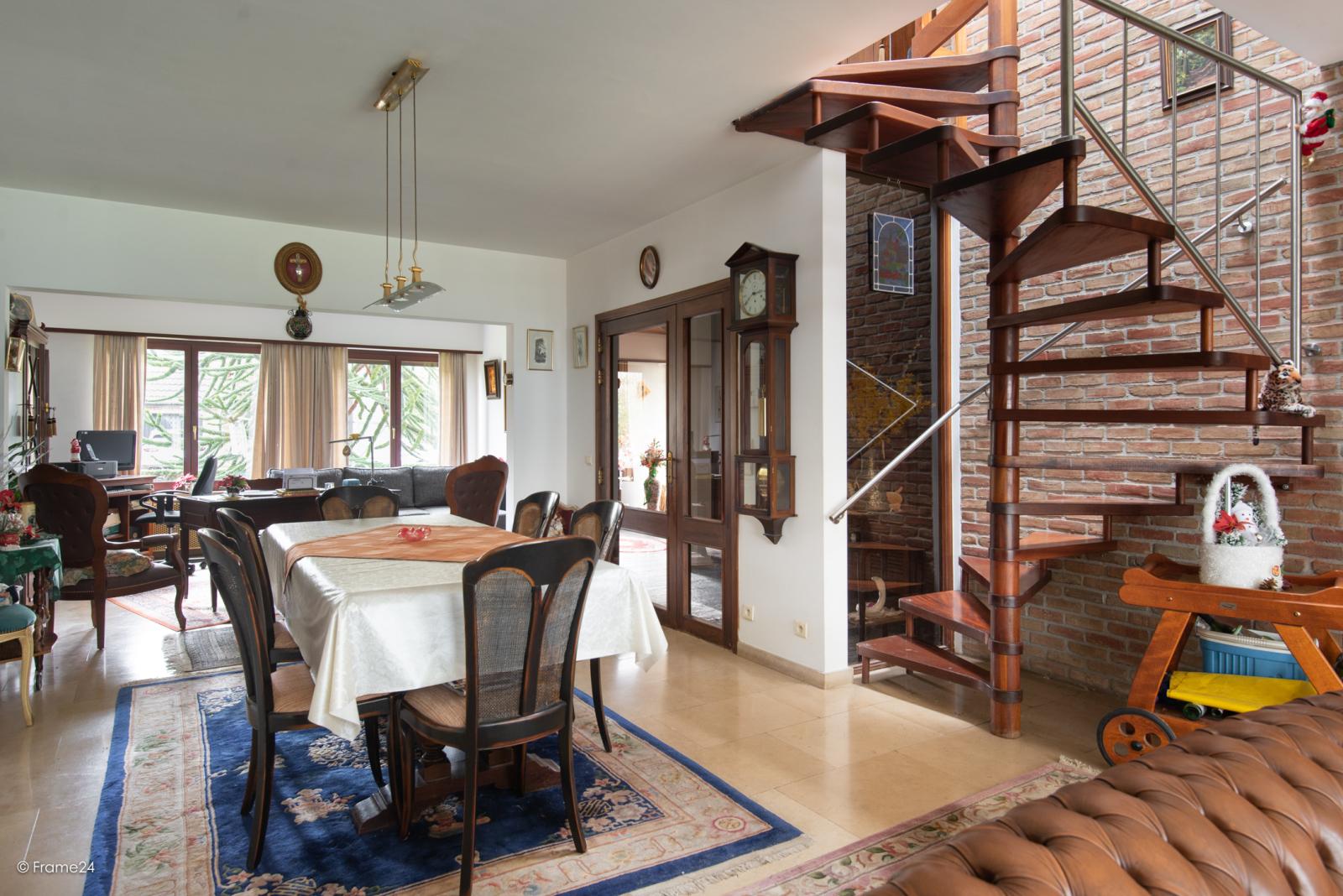 Zeer verzorgde halfopen woning met drie slaapkamers, garage, leuke tuin en gelegen op een toplocatie te Wijnegem!  afbeelding 13