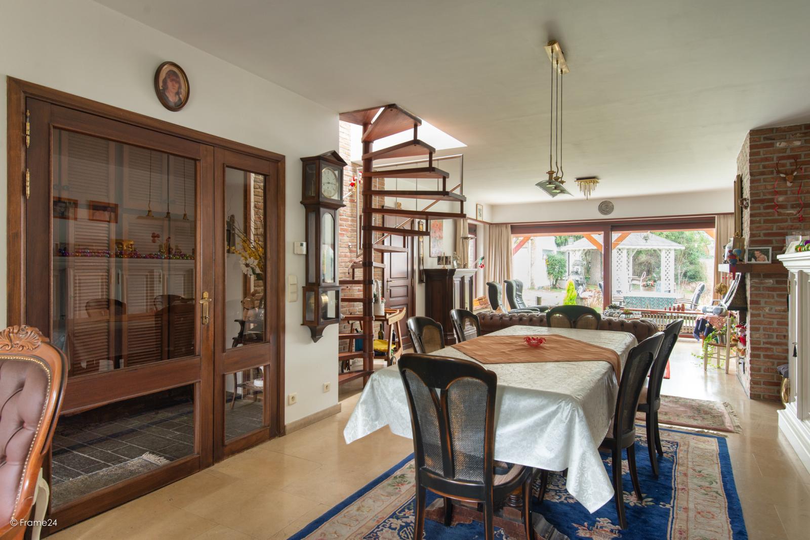 Zeer verzorgde halfopen woning met drie slaapkamers, garage, leuke tuin en gelegen op een toplocatie te Wijnegem!  afbeelding 6