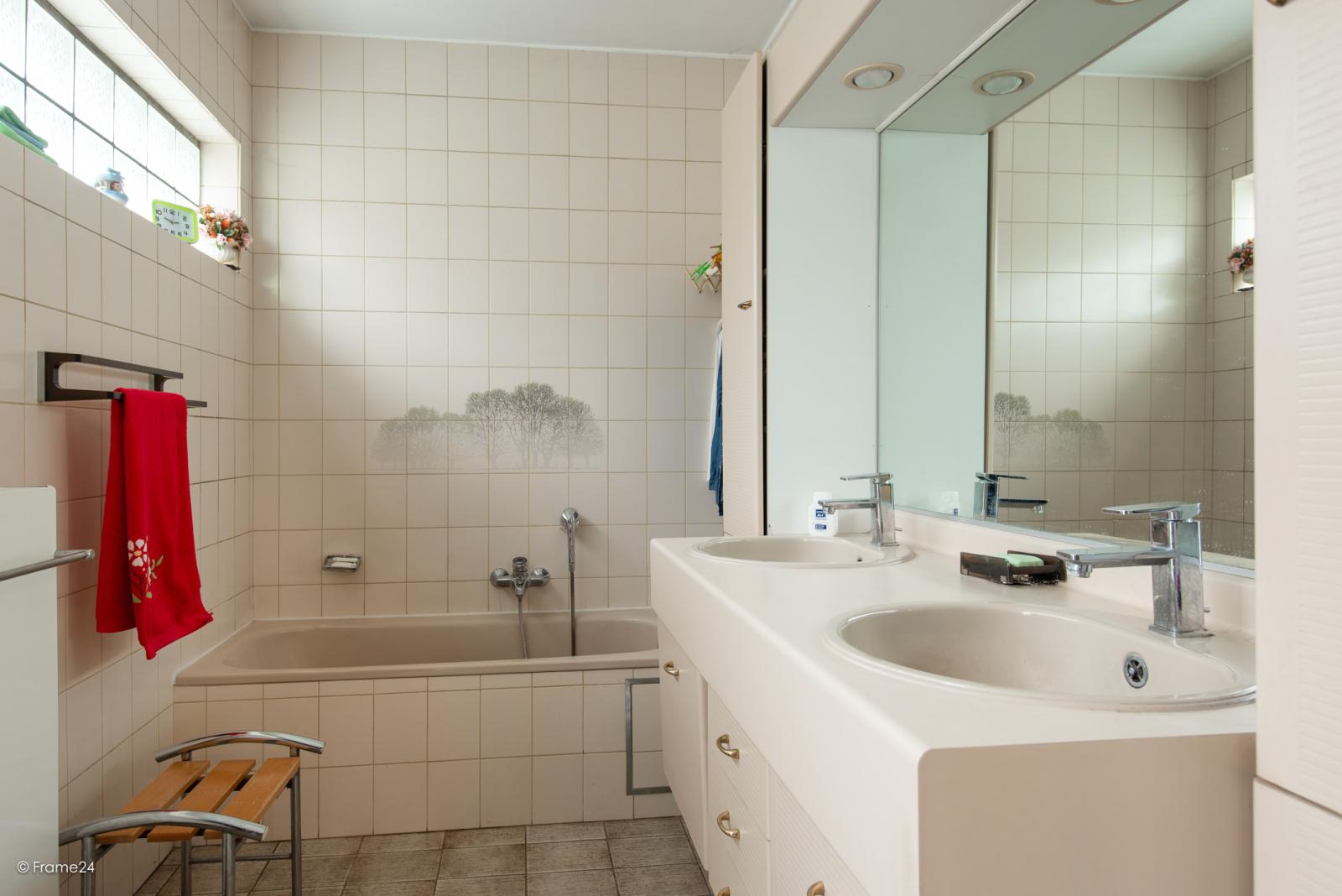Zeer verzorgde halfopen woning met drie slaapkamers, garage, leuke tuin en gelegen op een toplocatie te Wijnegem!  afbeelding 12